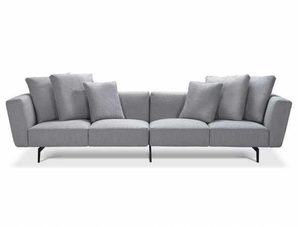 ספה מקסי בריפוד בד אפור בהיר עם רגלי מתכת שחורות, הכוללת 4 כריות גדולות ו-2 כריות בינוניות.