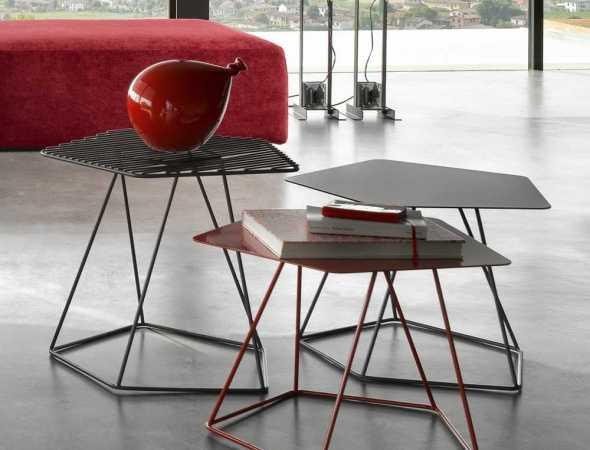 שולחן אידאלי לכל חלל, יכול להתאים כשולחן סלון או כשידה בחדר השינה,קיים בגרסה עם משטח פלדה מחורר או שטוח וזמין במגוון צבעים.