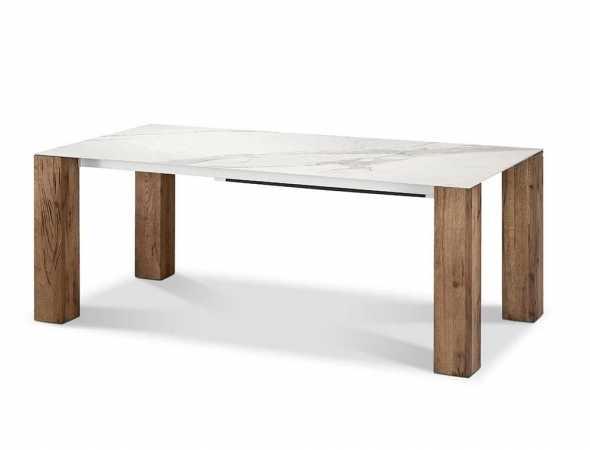 שולחן אוכל משטח עליון קרמיקה דמוי שיש קאררה, רגלי עץ אלון פראי.
