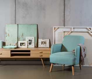 כורסא בריפוד בד עם רגלי עץ, בתמונה: מזנון שירלי