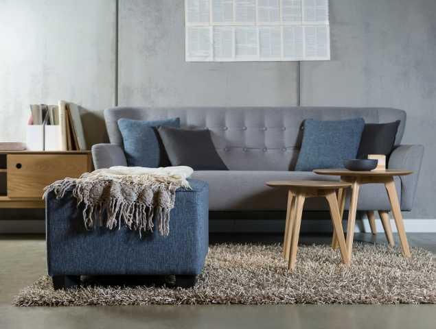 ספה בריפוד בד אפור 100% סינטטי רגליי עץ בתמונה: שולחנות סלון מדגם Jolie הדום מדגם סקוורי ומזנון Gota