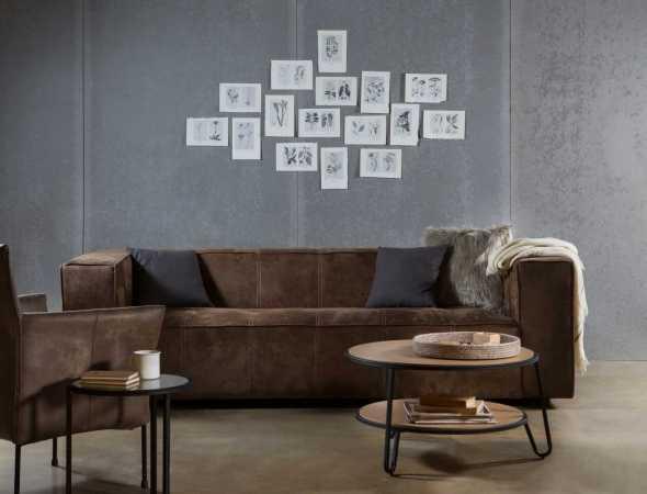 ספה בריפוד בד בצבע חום. בתמונה: שולחנות סלון מדגם  Kaja Careri וכורסא מדגם קמפר