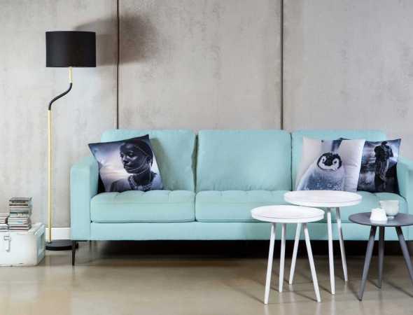 ספה בריפוד בד עם רגלי אלומיניום. בתמונה: שולחן סלון מדגם Tampa ומנורה מדגם Betta