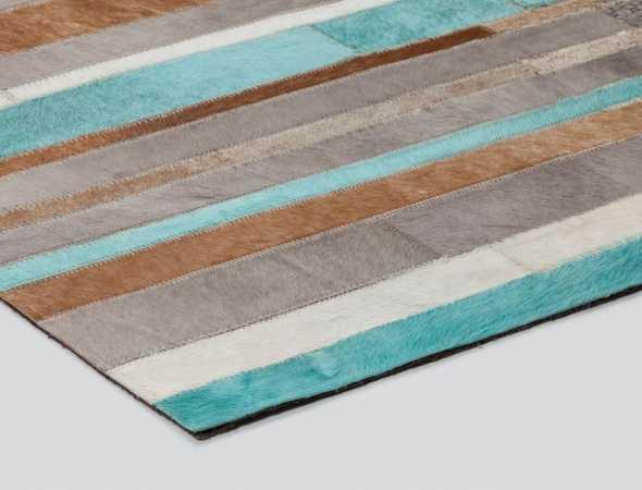 שטיח עור יוקרתי ומודרני המעוטר בדוגמאות אקלקטיות שנעשו בטכניקה ייחודית ובעבודת יד.