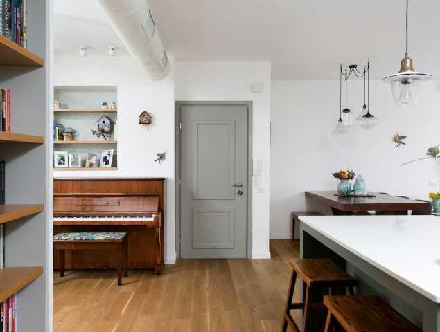 דלת כניסה בסגנון כפרי הוא המשלב בין העיצוב המסורתי לעיצוב המודרני. שילוב של עץ, מתכת, טקסטורות ופרזול ייחודי. העיצוב הכפרי  מזמין ונוח עם שילוב של ישן וחדש, נגיעות הטבע החמימות מעניקות איזון לאורח החיים המודרני.