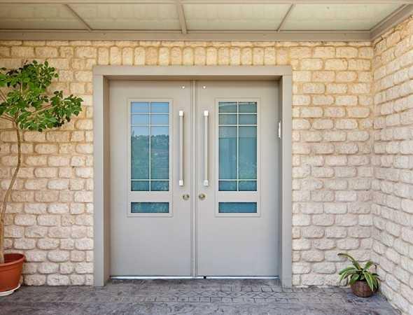 דלת פלדלת מעוצבת בהשראת השכונה התל אביבית הוותיקה, במיגון שהוא המילה האחרונה של מוצרי רב בריח.