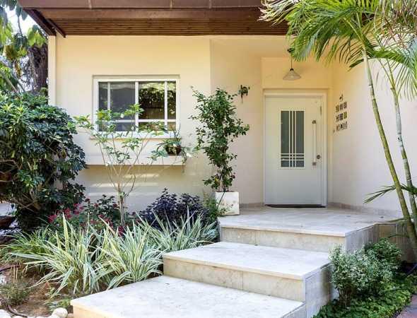 דלת כניסה לבית המאחדת מראה מסוגנן ועיצוב קלאסי, עם הביטחון שמעניקות דלתות פלדלת רב בריח.