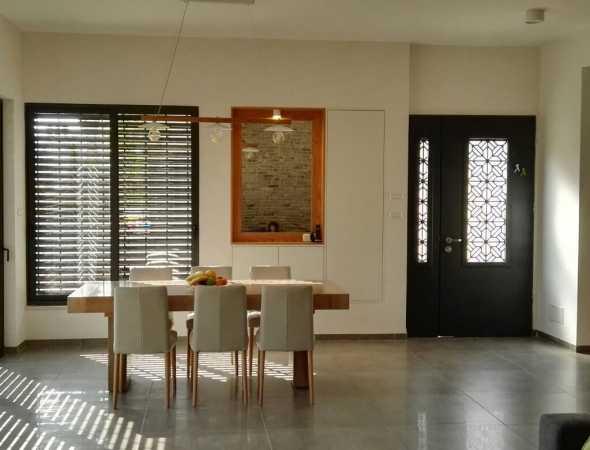 דלת בעלת אופי מיוחד ועוצמתי בהשראת המזרח הרחוק - קוויה הגיאומטריים יוצרים מראה מודרני מאופק.