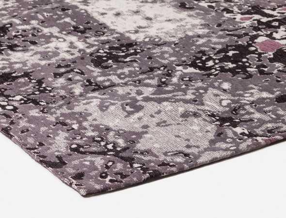 שטיח עשוי מכותנה באריגת ג'קארד בדוגמא אמורפית מעניינית ויחודית.