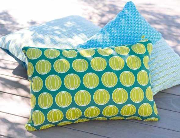 כרית למותג הצרפתי Fermob עוצבה בהשראת דוכני השוק הטרופי. כרית דקורטיבית מכניסה שמחה וצבע לגינה בדוגמת נקודות מלונים.