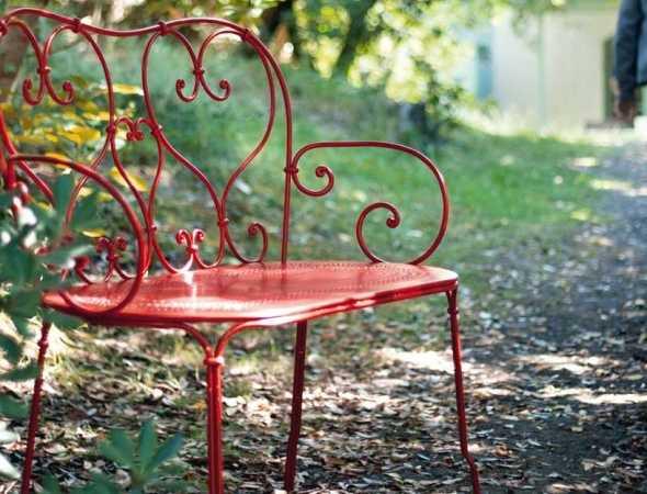 ספסל מבית המותג Fermob מכניס אוירה רומנטית ונוסטלגית לחצר או למרפסת, בעל משענת גב וידיים בדוגמאת עיטורים מתעגלים ומושב עם חורים עדינים המעצים את תחושת הקלילות.