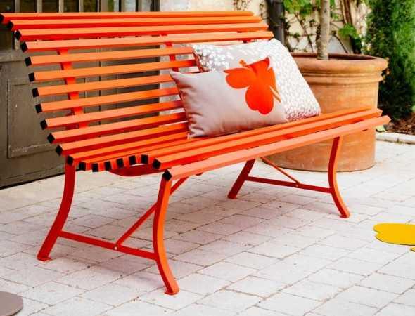 ספסל מבית המותג הצרפתי Fermob מכניס נוסטלגיה ונצחיות למרחב. ספסל העשוי מפסי פלדה אופקיים, צורתו המתעקלת מתאימה לגוף ומאפשרת ישיבה נוחה ונעימה.