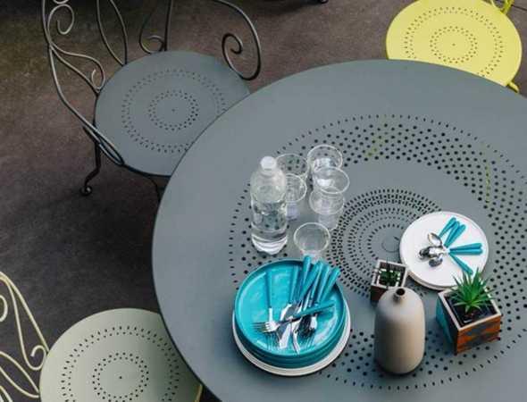 שולחן עם קווים מעוגלים ואלגנטיים היוצרים תחושת קלילות באמצעות שימוש במוטות פלדה דקיקים. משטח הפלדה המחורר מעצים את האלגנטיות בעיצוב. שולחן שמגיע בשלל גוונים ומכניס חיוניות ורעננות לגינה שלך.
