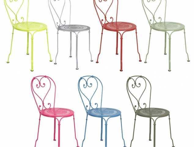 כסא מבית המותג FERMOB עשוי פלדה בעל משענת גב וידיים בדוגמאת עיטורים מתעגלים ומושב עם חורים עדינים המעצים את תחושת הקלילות, קיים במגוון צבעים.
