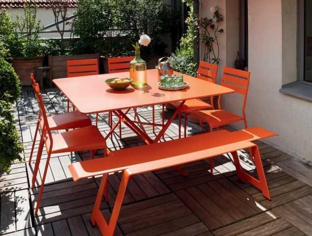 שולחן מתקפל מבית המותג FERMOB עשוי מברזל מגולוון וקיים במגוון צבעים.