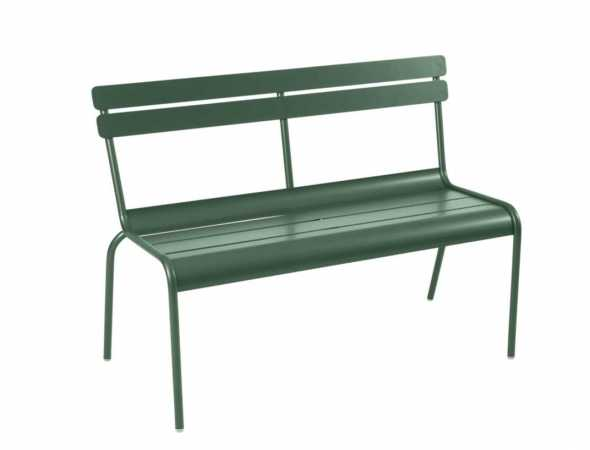 ספסל קליל ומודרני השומר על קסמו העל-זמני. הספסל מרווח ויכול לשמש לישיבה נעימה בגינה או כמושב לצד שולחן האוכל.