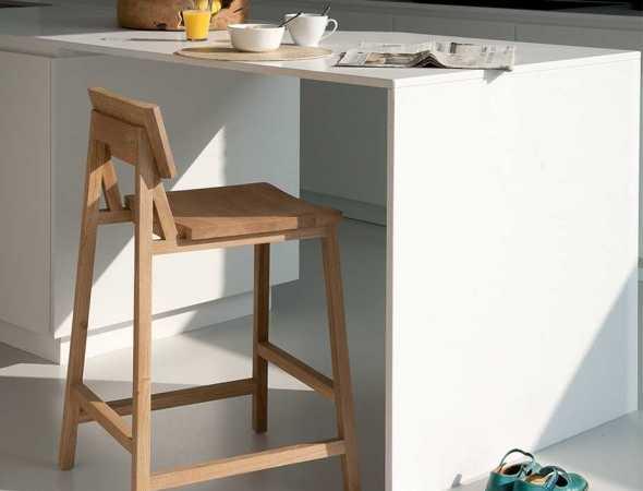 כסא בר מעץ מלא בעיצובו של NATHAN YONG