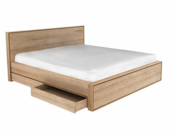 מיטה המשלבת קווים ברורים, צורות חזקות ופרטים עדינים. עשויה מעץ מלא המעניק חמימות ונועם לחדר השינה.  מלבד עמידות וחוזק החומר, נוספה למיטה תכונה פונקציונאלית – ארבע מגירות לאחסון, לשמירה על סדר ומרחב בחדר השינה.