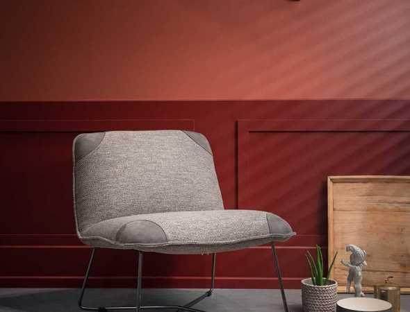 כורסא בעלת מושב מרווח ונוח בשילוב רגלי מתכת עדינות. הכורסא משתלבת באופן אידאלי בכל חלל, ומגיעה במגוון צבעים, בדים ועורות.