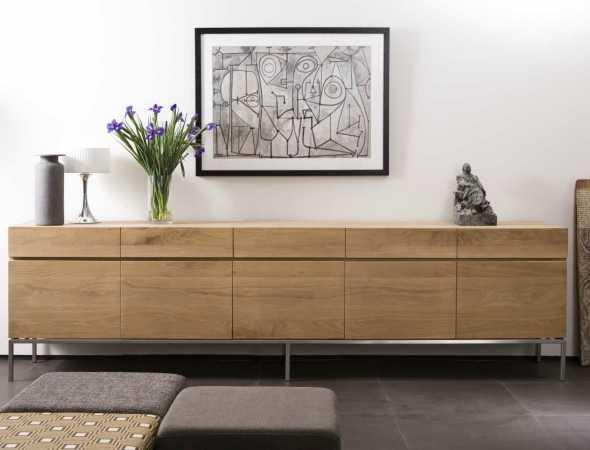 מזנון מעץ מלא בשילוב רגלי נירוסטה במראה נקי.  זמין בגדלים שונים ומציע אחסון פרקטי ונוח עבור הסלון, המטבח או פינת האוכל.