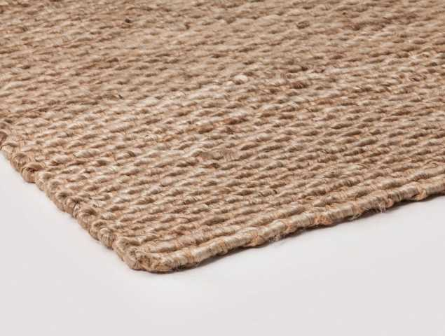 """שטיח """"חבל"""" המיוצר מסיבים 100% טבעיים.   מיוצר בשיטה מיוחדת שתורמת לאיכותו הגבוהה. השטיח קיים בגוון במלאי הן בגוון כהה  והן בגוון בהיר ומאפשר התאמה והשתלבות מוצלחת בסלונים."""