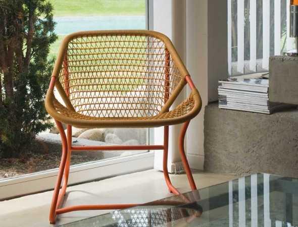 כסא מבית המותג FERMOB עשוי מאלומיניום בשילוב דמוי ראטן
