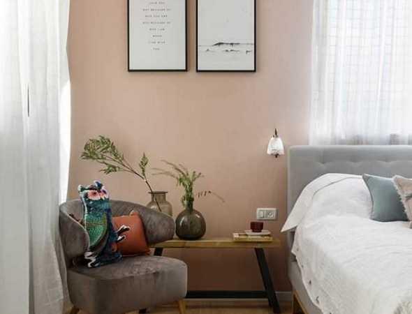 כורסא מודרנית  בריפוד בד עם רגליים מעץ מלא.