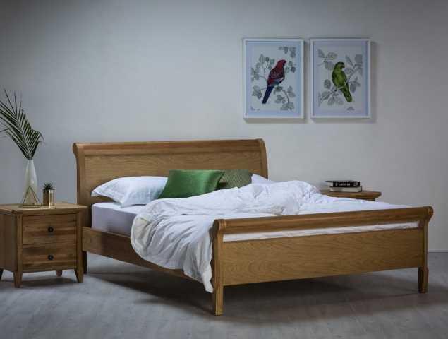 חדר שינה מעץ בדיגום קלאסי עם קימורים בראש ובחזית המיטה, עשוי עץ אלון מלא בשילוב פורניר אלון.   ניתן לשלב ארגז מצעים גבוה.