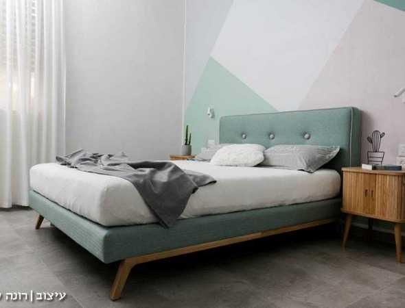 מיטה מרופדת בעלת בסיס מעץ אלון מלא.  ניתן להזמין במבחר בדים בהתאמה אישית.