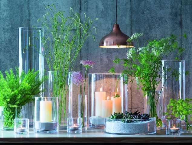 וואזות מזכוכית עבודת יד עבות ואיכותיות בשילוב פמוטים נמוכים וצמחי משי