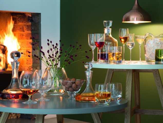 מגוון כוסות לשתייה חריפה ודקנטר עשויים זכוכית בעבודת יד
