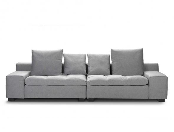 ספה מודולרית בריפוד בד בגוון אפור.