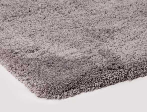שטיח בעל תשתית כותנה עם פרווה גבוהה ממיקרו פייבר (פוליאסטר) פרוותי, רך ומלטף. ניתן להתאים שטיח זה למידות וצורות שונות כולל שטיחים מקיר לקיר ושטיחים מסביב למיטה.