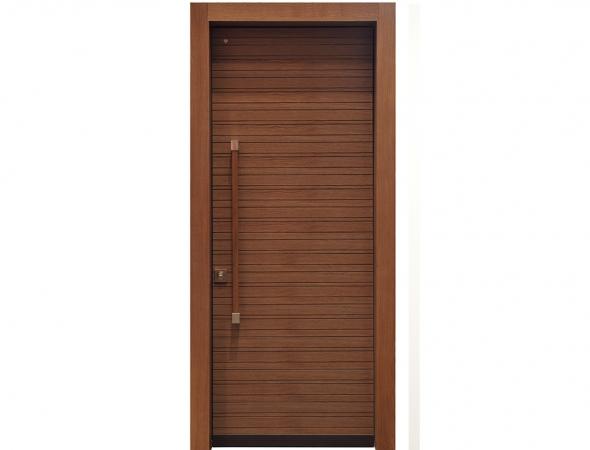 דלת פלדלת מדגם רוקסנה מתאפיינת בעיצוב כפרי ומראה חם שמעניק לה חיפוי עץ האלון, וברמת הגנה גבוהה.