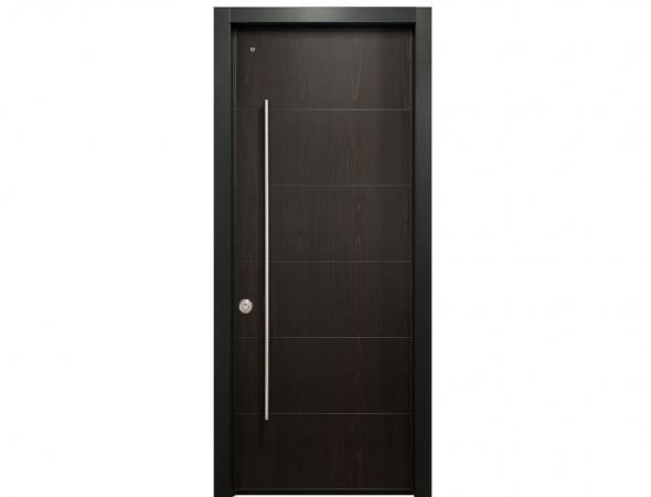 דלת כניסה מעוצבת בסגנון כפרי וחם. הדלת מגיעה עם מערכת נעילה רב בריחית וניתן לשדרג אותה עם מנגנוני נעילה מתקדמים לבחירה.