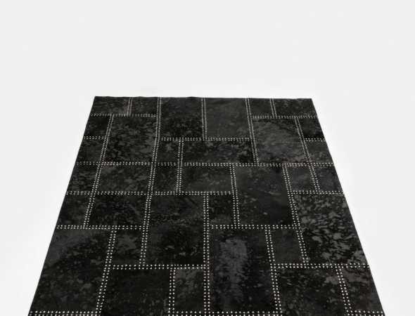 שטיח עור מרשים בעיצוב מודרני. גוון השטיח בשילוב אריגת הניטים היחודית יוצרים מראה אשר מוסיף אלגנטיות מרהיבה.