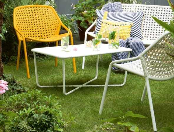 שולחן קפה למותג הצרפתי Fermob בקווים מודרניים, נקיים ופשוטים המכניס צבע ורוגע לחלל. בעל רגליים ייחודיות בצורת איקס ופרופורציות מדויקות.