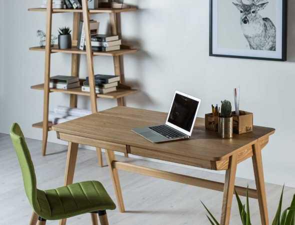שולחן עבודה קליל בגימור טבעי, בעל 2 מגירות קדמיות. עשוי מעץ מלא בשילוב פורניר.