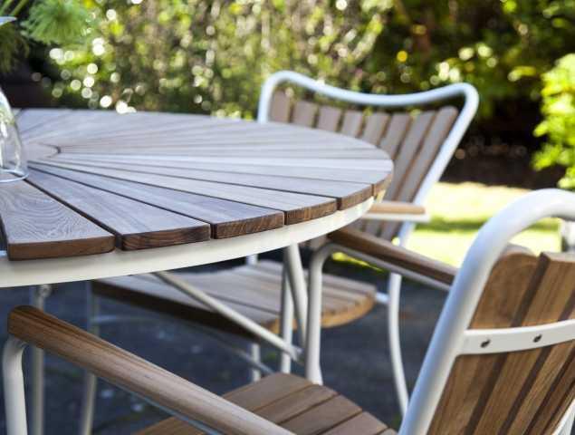 שולחן וכיסאות תואמים עשויים  מעץ טיק עם רגלי אלומיניום לבנות