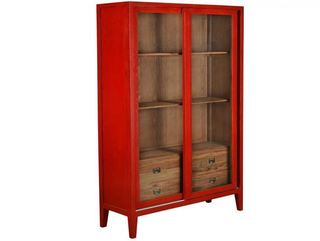 ויטרינה עשויה מעץ אלון בצבע אדום.