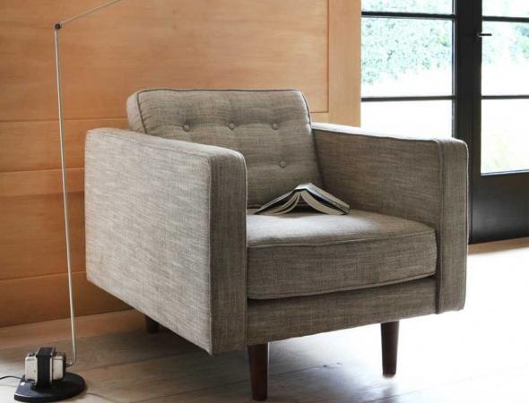 כורסה בעיצוב פשוט עם שיק של וינטג'. מתאימה לכל חלל, חדר שינה, פינת משפחה, סלון ואפילו משרד. קיימת גם בגרסת ספה בשני גדלים נוספים.