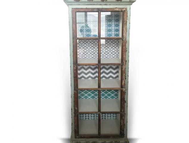 ויטרינה עשויה מעץ אורן בשילוב MDF עם דלת אחת בגווני כחול.