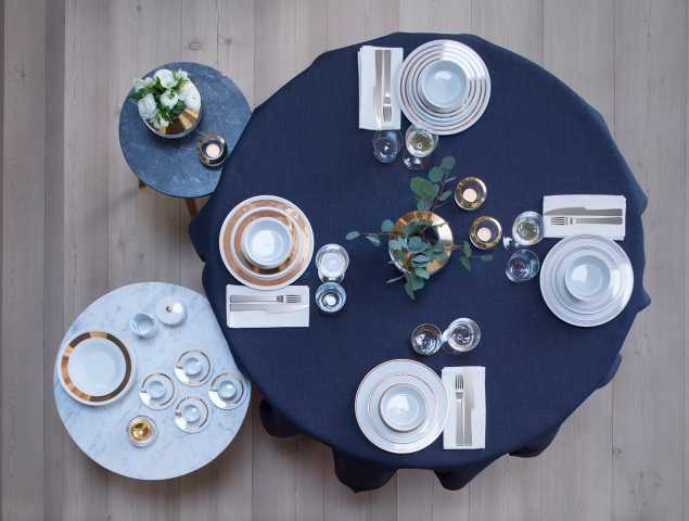 """לכסות את השולחן במפה או להשאיר חשוף, לבחור סט אוכל מודפס או חלק ומה בקשר לסכו""""ם ולמפיות?גם אתם רוצים לערוך שולחן שיהיה נעים לשבת מסביבו, כזה שיביא את אווירת החג? הכנו עבורכם את המדריך לעריכת שולחן החג המושלם שיכנס את היקרים לכם לארוחה בלתי נשכחת"""