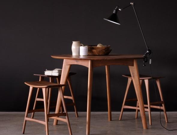 שרפרף מבית המותג הבלגי Ethnicraft עוצב על ידי Grain & Green.  כסא מעץ מלא המוסיף חמימות ואותנטיות לבית.