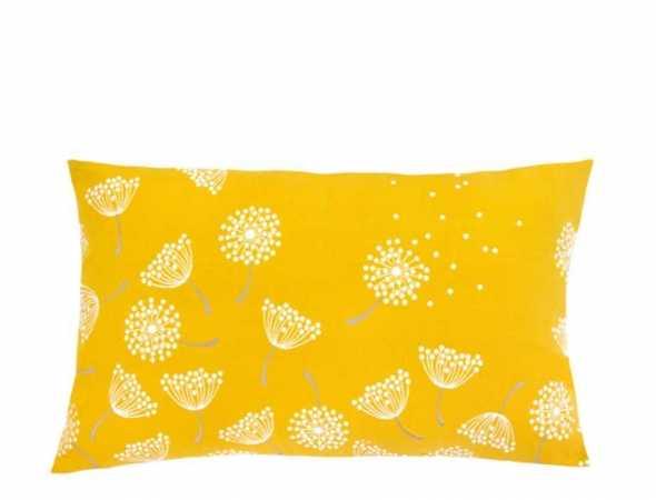 כרית מבית המותג הצרפתי Fermob מעניקה תחושה כפרית ונינוחה. כרית דקורטיבית בדוגמא מרהיבה של תפרחת סביונים, חלקה הקדמי והאחורי בצבעים שונים ובסוגי בד שונים.