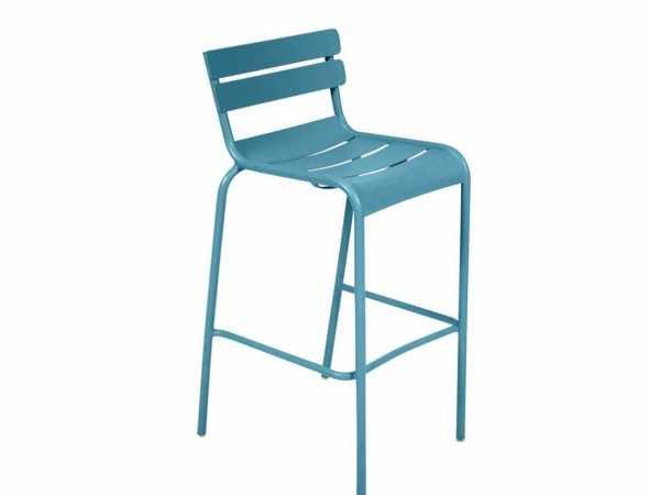 כסא בר מבית המותג FERMOB עשוי מאלומיניום עם ציפוי להגנה מפני שמש ונזקי מזג אוויר