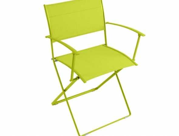 כסא מתקפל מבית המותג FERMOB בעל מסגרת מברזל מגולוון, מושב ומשענת גב ברשת פלסטיק. קיים גם ללא ידיות.