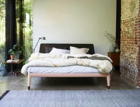 מערכת מתכווננת עם מסגרת אלומיניום בשילוב גב מיטה מעץ בעלת קו נקי עם קימורים קלילים המשדרים רעננות וחדשנות. המיטה מגיעה בשני גבהים לנוחות מושלמת וניתנת למחזור מלא.