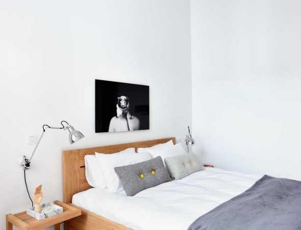 מיטה עשויה עץ מלא בקווים ברורים ובולטים שתכניס חמימות לחדר השינה שלך. המיטה קיימת בשלושה גדלים שונים ושני גווני עץ.