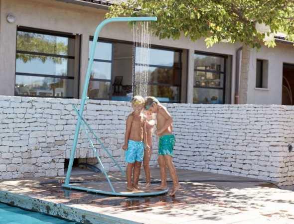מקלחון מלא שיק וסטייל. קל לתחזוקה ונקיון, בשני צבעים. מקלחון עם בסיס PVC דמוי עץ. מתחבר בקלות למים בעזרת צינור גינה. מושלם עבור רחצה אחרי הבריכה בגינה שלך.